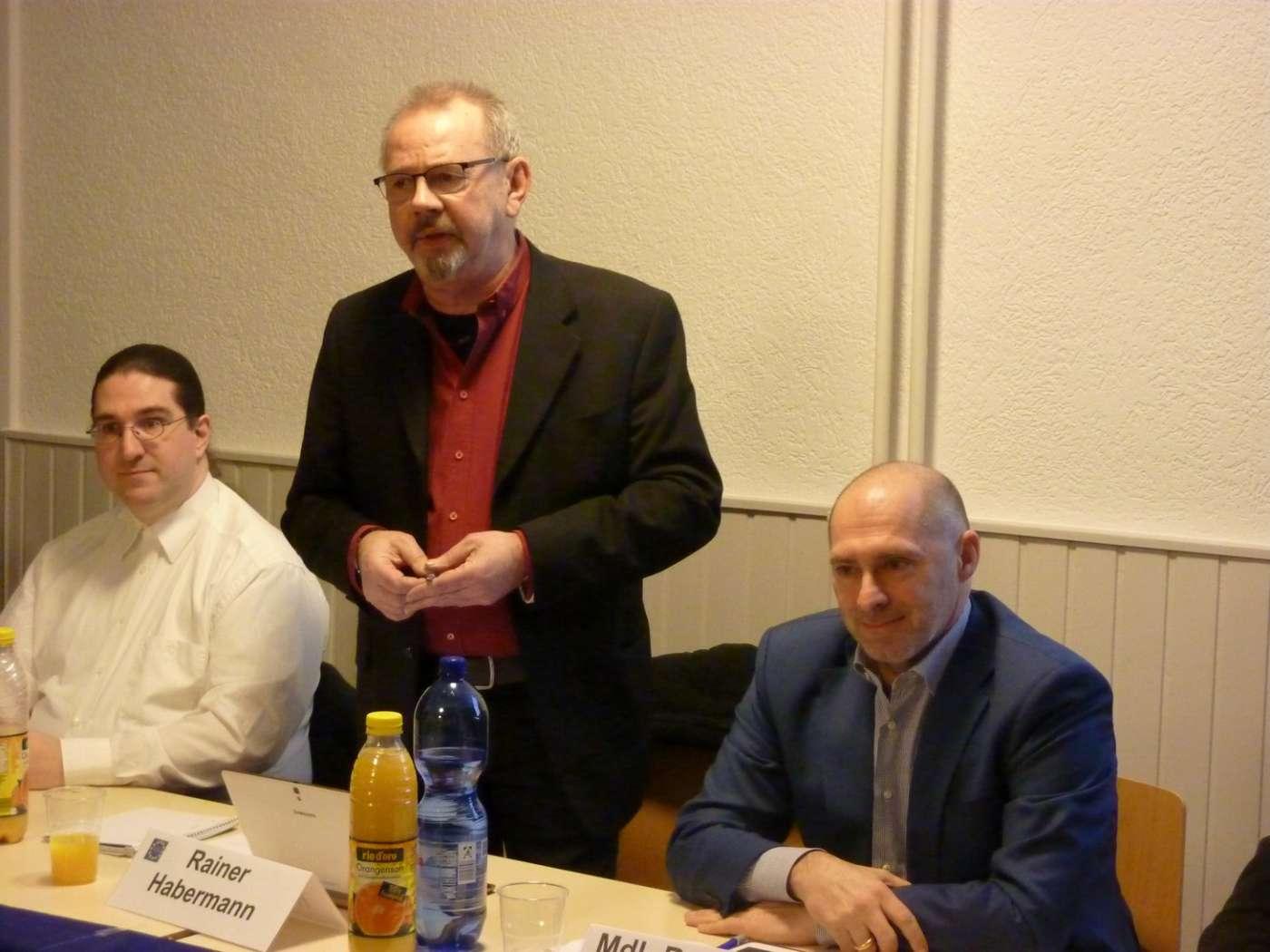 vlnr: Kai Lanio (Piratenpartei), Moderator Rainer Habermann, René Rock
